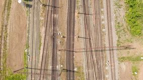 Trilhas de estrada de ferro com opinião superior dos trens de mercadorias Avalia??o a?rea vídeos de arquivo
