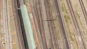 Trilhas de estrada de ferro com opinião superior dos trens de mercadorias Avalia??o a?rea video estoque