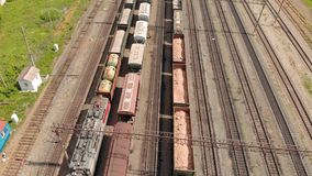 Trilhas de estrada de ferro com opinião superior dos trens de mercadorias Avalia??o a?rea filme