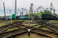 Trilhas de estrada de ferro e o porto no fundo foto de stock royalty free