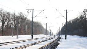 Trilhas de estrada de ferro na neve video estoque