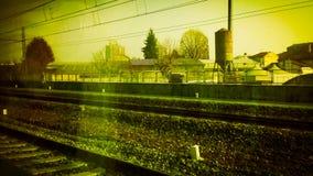 trilhas de estrada de ferro no vintage suburbano da cena retro imagens de stock royalty free