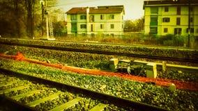 trilhas de estrada de ferro no vintage suburbano da cena retro fotografia de stock