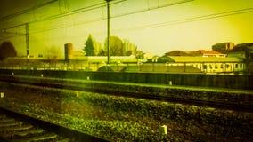 trilhas de estrada de ferro no vintage suburbano da cena retro imagem de stock royalty free