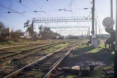 Trilhas de estrada de ferro perto da estação fotografia de stock