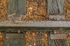 Trilhas de estrada de ferro velhas já não no uso imagens de stock