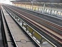 Trilhas de uma estação de comboio fotos de stock