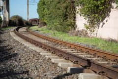 Trilhas direcionais do trem foto de stock