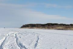Trilhas do carro em um lago congelado imagens de stock royalty free