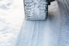 Trilhas do carro na neve Traços do carro na neve foto de stock royalty free