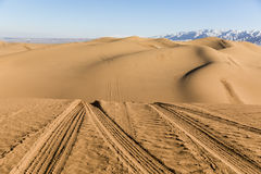 Trilhas do carro nas dunas de areia no parque nacional de Shapotou - Ningxia, China Imagem de Stock Royalty Free