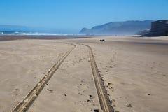 Trilhas do pneu da praia Fotos de Stock Royalty Free