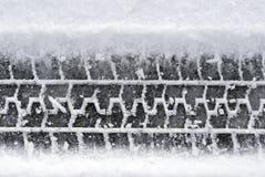 Trilhas do pneu do Close-up na neve foto de stock royalty free
