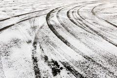 Trilhas do pneu na terra coberto de neve Fotografia de Stock Royalty Free