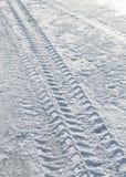 Trilhas do pneumático do veículo na neve imagens de stock royalty free