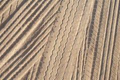 Trilhas do pneumático na areia Imagem de Stock Royalty Free