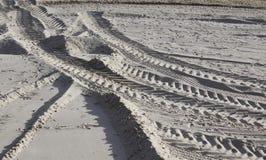 Trilhas do pneumático na areia Fotos de Stock Royalty Free