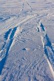 Trilhas do Snowdrift e do pneu imagem de stock royalty free