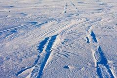 Trilhas do Snowdrift e do pneu fotografia de stock royalty free