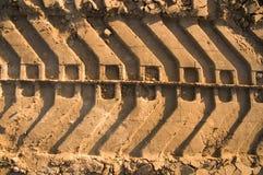 Trilhas do tanque na areia foto de stock