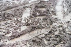 Trilhas do trator na lama molhada imagens de stock