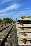Trilhas do trem e dorminhocos railway Estradas de ferro e transporte de trilho Indústria do trem e do trilho foto de stock