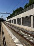 Trilhas do trem em um dia ensolarado Imagens de Stock Royalty Free