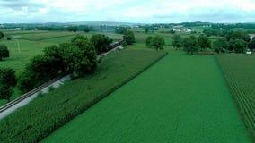 Trilhas do trem no campo e em terras Amish como visto pelo zangão filme