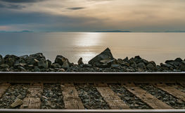 Trilhas do trem pelo Oceano Pacífico Fotografia de Stock Royalty Free