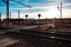 Trilhas do trem perto de uma estação imagens de stock