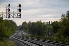 Trilhas do trem que olham ocidentais em Georgetown, Ontário foto de stock