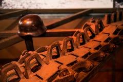 Trilhas e capacete do tanque no fundo fotografia de stock