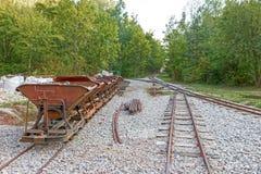 Trilhas e carros de mina da pedra calcária imagens de stock royalty free