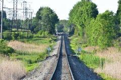 Trilhas e linhas elétricas rurais do trem imagem de stock royalty free