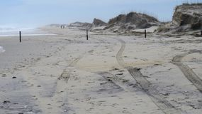 Trilhas na areia em um dia frio tempestuoso Imagem de Stock