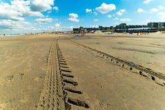 Trilhas na praia de Zandvoort Zee aan, os Países Baixos Imagens de Stock