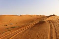 Trilhas nas dunas do deserto de areias de Wahiba em Omã imagem de stock