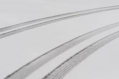Trilhas paralelas do pneu na neve fotos de stock