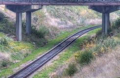 Trilhas Railway com ponte acima fotografia de stock royalty free
