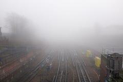 Trilhas railway convergentes em uma junção Imagem de Stock