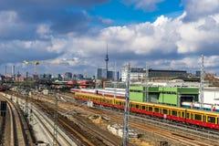 Trilhas railway da cidade, em Berlim Fotos de Stock