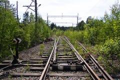 Trilhas railway oxidadas velhas com dorminhocos de madeira Foto de Stock Royalty Free