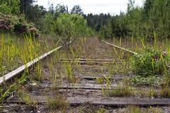 Trilhas railway oxidadas velhas com dorminhocos de madeira Fotos de Stock Royalty Free