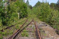 Trilhas railway oxidadas velhas com dorminhocos de madeira Fotos de Stock