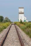 Trilhas Railway para o elevador de grão distante Imagens de Stock Royalty Free