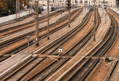 Trilhas railway paralelas com estação de trem foto de stock