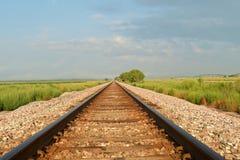 Trilhas Railway que desaparecem na distância Fotos de Stock