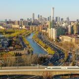 Trilho de alta velocidade das construções da cidade do Pequim foto de stock