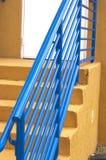 Trilhos azuis na escada da saída imagem de stock