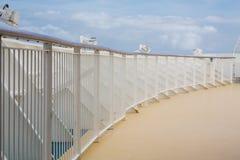 Trilhos brancos em torno da plataforma dos navios Foto de Stock Royalty Free